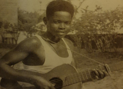 Picture of Jeremiah N'gwane with his guitar